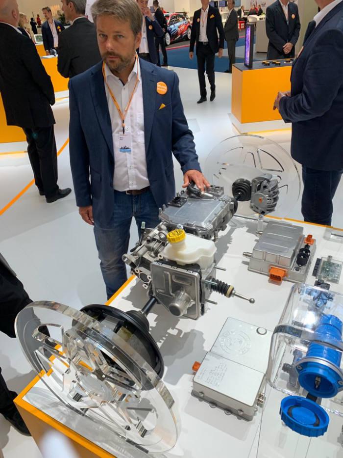 콘티넨탈이 지난달 독일에서 열린 프랑크푸르트 모터쇼에서 완전 통합형 전기 구동시스템을 공개했다. 콘티넨탈 직원이 본지 기자에게 이 시스템을 소개하고 있다.