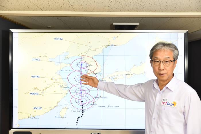 김규헌 지비엠아이엔씨 기상예보센터장이 153웨더 기상TV에서 13호 태풍 링링 예상 이동경로를 설명하고 있다.