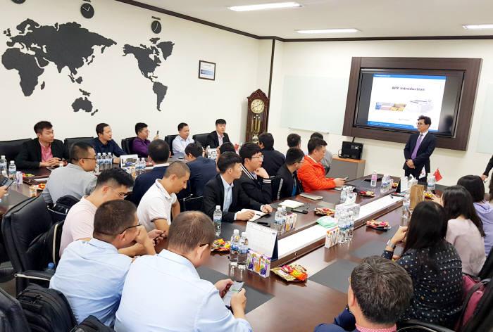 BOE, CSOT, 티안마(Tianma) 등 중국 디스플레이 기업 구매 담당 관계자 30여명이 에이피피 본사를 방문, 대기압플라즈마 기술 관련 제품 설명과 회사 소개를 듣고 있다.