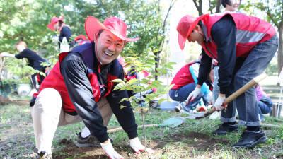 은행권 임직원·가족 600여명, 서울숲 나무심기 봉사활동