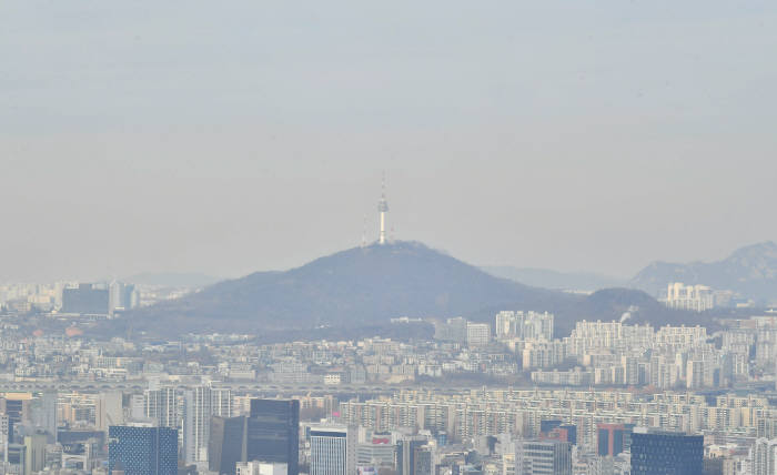 미세먼지로 둘어쌓인 서울 남산 모습.