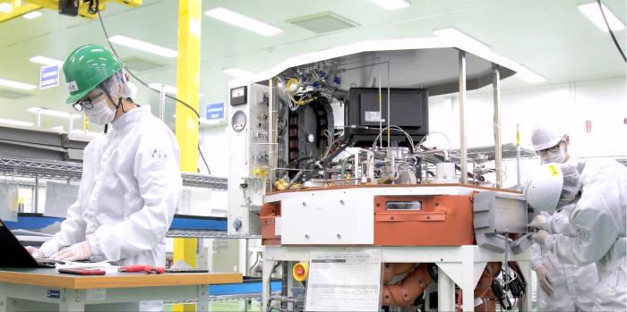 램리서치 직원들이 반도체 장비를 제조하고 있는 모습<사진=홈페이지>