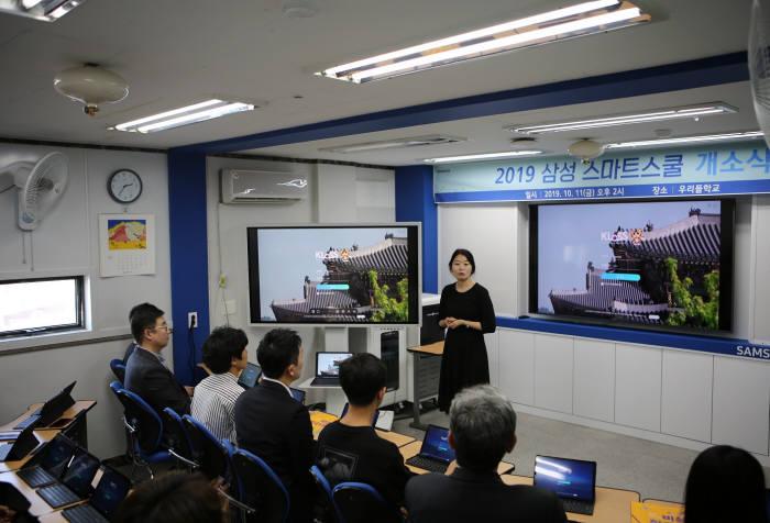 탈북다문화청소년대안학교 우리들학교에서 비상교육 직원이 한국어 스마트러닝 프로그램 클라스를 시연하고 있다.