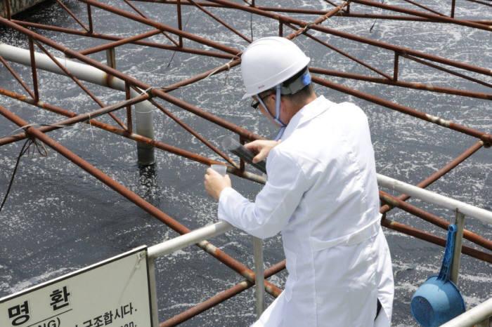 환경업체 직원이 수질을 측정했다.