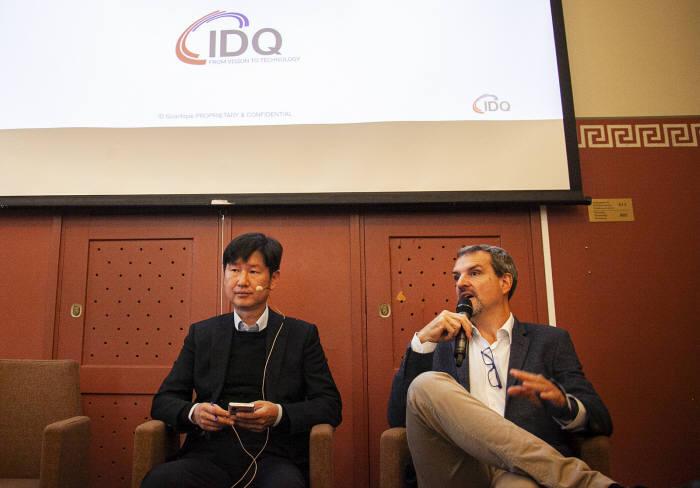 그레고어 리보디 IDQ CEO(오른쪽)와 곽승환 IDQ 부사장이 헬싱키에서 열린 기자간담회에서 유럽 양자암호통신 네트워크 사업 수주에 대해 설명하고 있다.