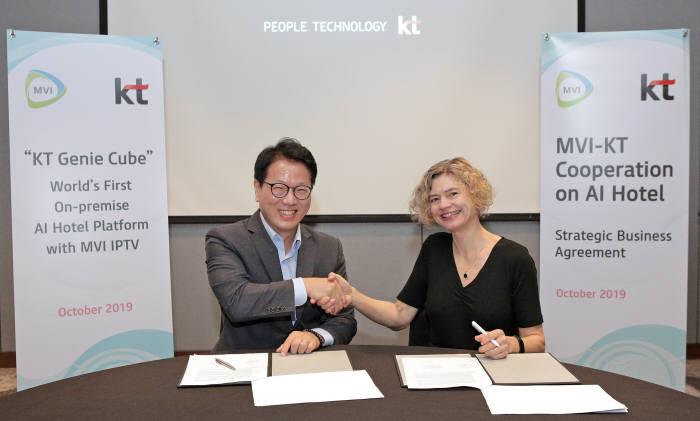 KT가 호텔 인공지능(AI) 서비스 기가지니 호텔을 필리핀 세부를 비롯한 아시아·중동 글로벌 호텔에 공급한다. 배철기 KT 글로벌사업개발담당 상무(왼쪽)와 앙케길 (Anke Gill) MVI CEO가 계약을 체결하고 있다.