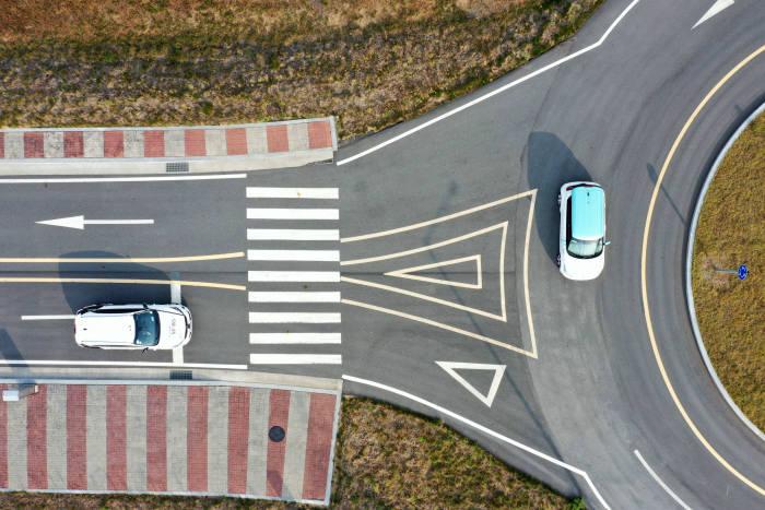 현대모비스 서산주행시험장에서 모비스의 자율주행차 엠빌리로 KT 5G V2X 기반 자율주행 기술을 시연하고 있다.