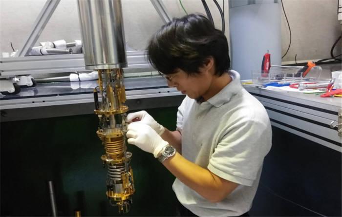 서준호 책임연구원이 나노역학소자 실험을 수행하는 모습
