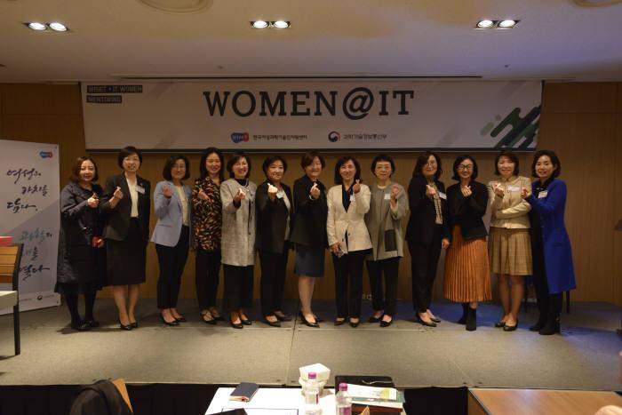 'WOMEN@IT'에서는 IT업계의 여성리더들이 멘토로 참여해 다양한 커리어 노하우를 후배들에게 전수했다.