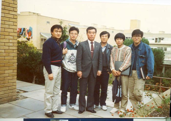 1990년 촬영된 최순달 교수와 영국 서리대 유학생의 모습.