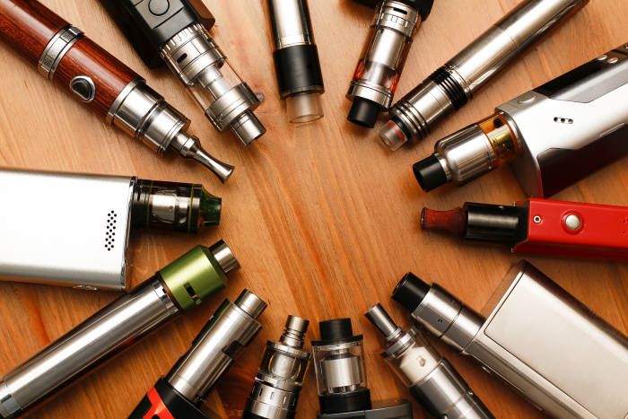 전자담배는 궐련보다 덜 유해하다는 인식 때문에 빠르게 퍼졌지만 폐질환 환자가 늘어나며 그 인식이 바뀌고 있다. (추천: shutterstock)