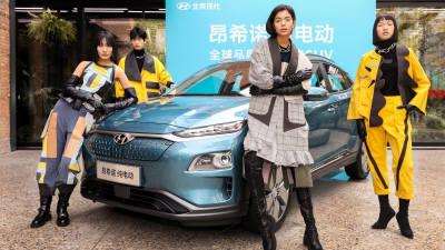 현대차, 중국서 가죽시트 재활용 패션 선보여