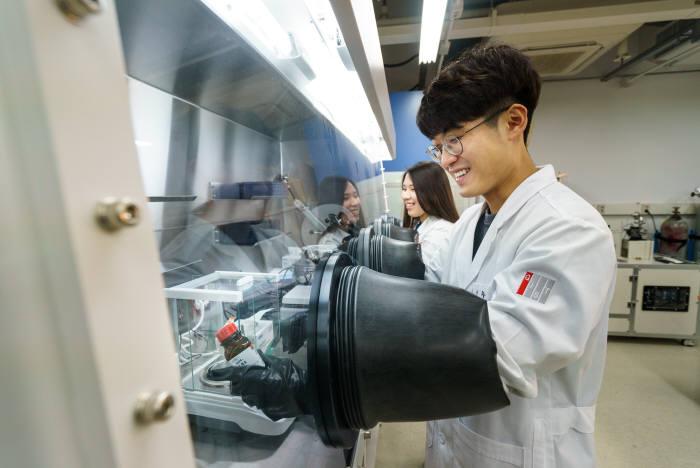 지스트 차세대에너지연구소 연구원이 실험실에서 신재생에너지 기술을 연구개발하고 있다.