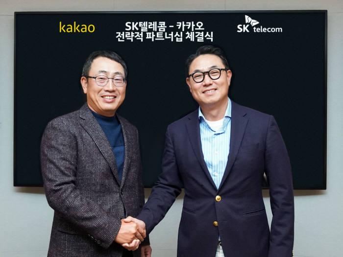 카카오 여민수 공동대표(오른쪽)와 SK텔레콤 유영상 사업부장이 3000억 원 규모의 주식을 교환하고, 미래ICT분야에서 사업 협력을 추진하는 전략적 파트너십을 체결했다. 사진=카카오