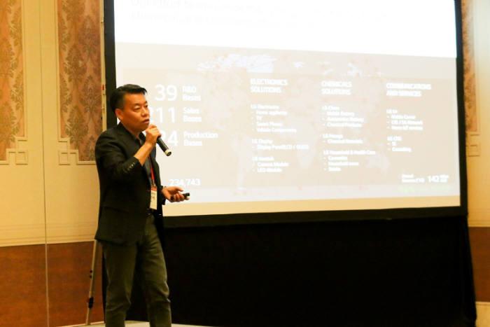 노진서 LG전자 로봇사업센터장 전무가 7일 마카오에 있는 콘래드 호텔에서 열린 LG ROS(LG Robot Seminar)에서 로봇사업의 비전과 전략을 소개하고 있다.