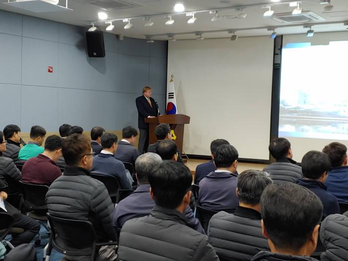 독일 한스자이델 재단 한국사무소 대표인 베른하르트 젤리거 박사가 에너지 정책과 남북에너지 협력 가능성이라는 주제로 강연을 펼치고 있다.