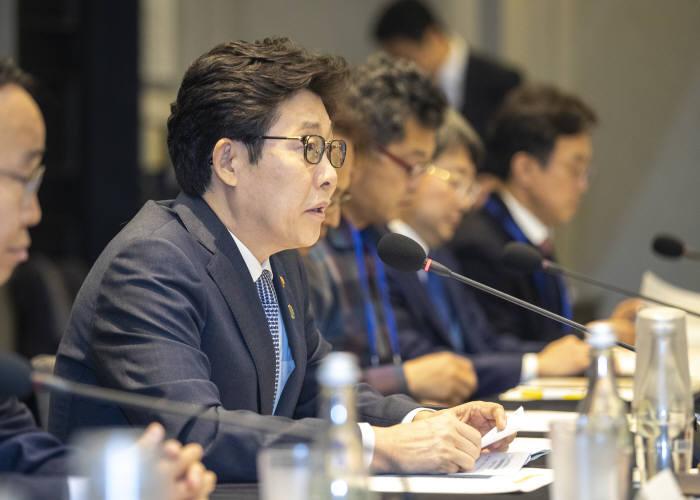 낙동강유역물관리위원회 1차 회의에 참석한 조명래 환경부 장관. [자료:환경부]