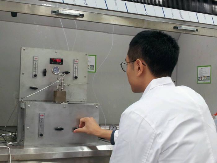 서울대학교 연구진이 실험실에서 고순도 수소 생산기술 개발 연구를 하고 있다.