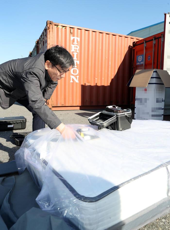엄재식 위원장이 인천세관·인천신항 등을 방문해 수입 가공제품에 대한 원안위-관세청 협업검사 활동을 점검하고 있다.