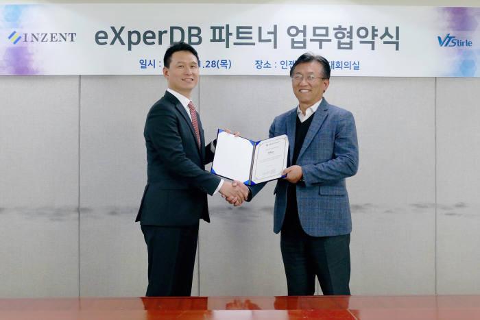 정성기 인젠트 대표(오른쪽)와 한창해 브이티스트렙 대표가 오픈소스 DBMS 협력 업무협약을 체결했다.