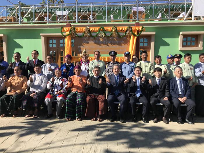 박천규 환경부차관(앞줄 오른쪽 네번째)은 7일 오전 미얀마 카친 생물자원 연구 확대를 위해 한-미얀마가 카친주 푸타오에 공동으로 설치한 카친 생물다양성 연구실 개소식에 참석했다.