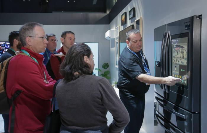 7일(현지시간) CES 2020에서 삼성전자 전시관을 방문한 관람객들이 푸드 AI가 적용된 패밀리허브를 체험하고 있다. [사진=삼성전자]