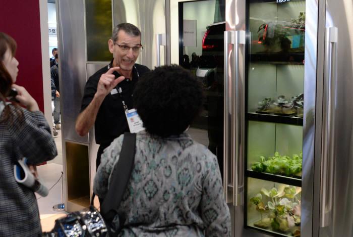7일(현지시간) CES 2020에서 LG전자 전시관를 찾은 관람객들이 누구나 쉽게 집안에서 채소를 키울 수 있도록 복잡한 재배과정을 자동화한 프리미엄 식물재배기 신제품을 살펴보고 있다. [사진=LG전자]