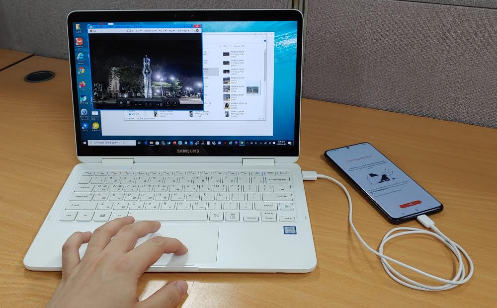 덱스로 촬영된 동영상 파일을 노트북에 옮기고 있다.