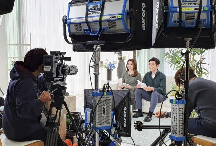 SK텔레콤이 온라인 채용 설명회 방송 중계를 준비하고 있다. 이 회사는 통신업계에서는 처음으로 언택트 채용 방식을 도입했다. [사진=SK텔레콤]