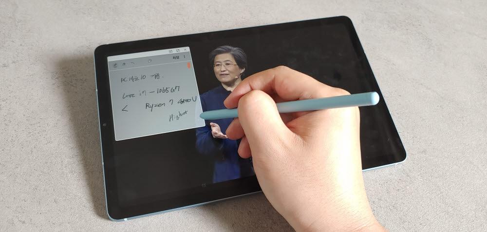 가장 쓸 만한 기능은 삼성 노트 앱의 투명도 조절 기능이다. 유튜브에서 동영상 시청 중 삼성 노트 앱에 필기하고 있다.