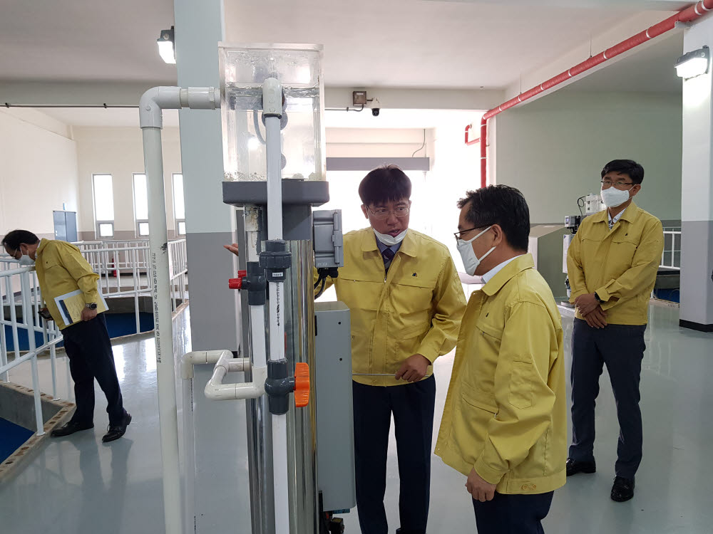 홍정기 환경부차관(오른쪽)은 12일 오전 경기도 화성에 위치한 정수장을 방문, 인공지능(AI) 기반 정수처리 시스템 추진계획을 보고받고 운영현황을 점검했다.