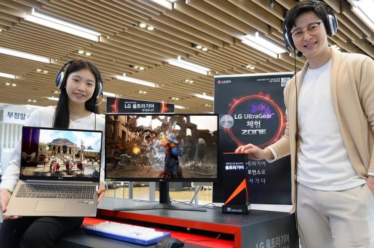모델이 LG전자 베스트샵 강남본점에서 2020년형 LG 울트라기어 게이밍 모니터·노트북을 소개하고 있다. [사진=LG전자]