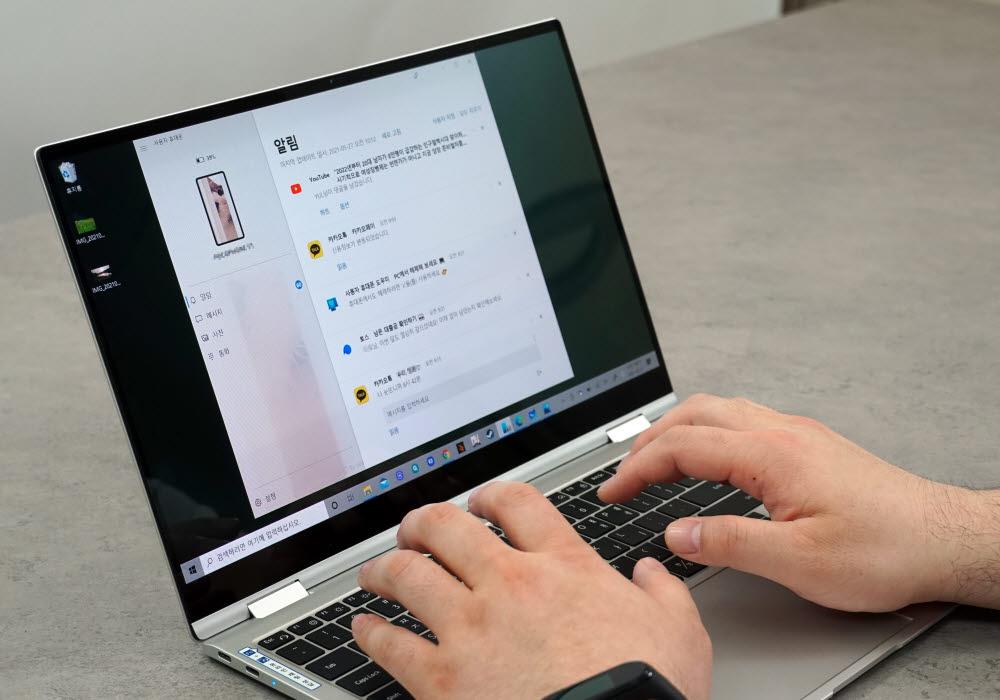 사용자 휴대폰을 이용해 메시지를 보내는 모습