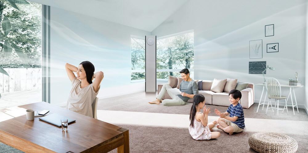 LG 휘센 타워 에어컨의 와이드 케어 냉방은 사람에게 직접 바람이 닿는 것을 최소화하면서 집 안 전체의 시원함은 계속 유지해준다.