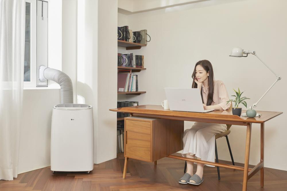 LG 이동식 에어컨은 설치가 간편하고 창문 크기나 방향 등 설치 가능 범위가 넓어 편리하다.