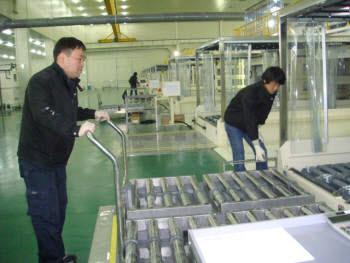 다스코 직원들이 LCD용 씬 글라스를 식각하기 위해 장비를 움직이고 있다.