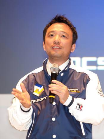 김택진 엔씨소프트 대표가 창원을 연고로 한 제 9구단 창단 발표를 하고 있다.