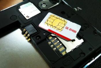 SK텔레콤은 지난달 말부터 3G-LTE 간 유심(USIM) 이동성을 보장하고 있지만 내부 전산망에는 제대로 반영이 되지 않고 있다. 사진은 단말기에서 유심 카드를 분리한 모습.