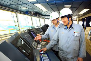 현대중공업 관계자들이 선박장치를 통합통신망으로 연결하고 선박부가서비스를 지원하는 스마트십 기술을 설명하고 있다.