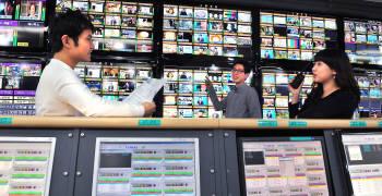서울 여의도 KT 미디어운용센터 직원들이 IPTV 채널 송출을 하고 있다.김동욱기자 gphoto@etnews.com