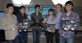 ETRI CPS연구팀. 로봇 모형으로 자율주행연구에 대해 설명하고 있다.