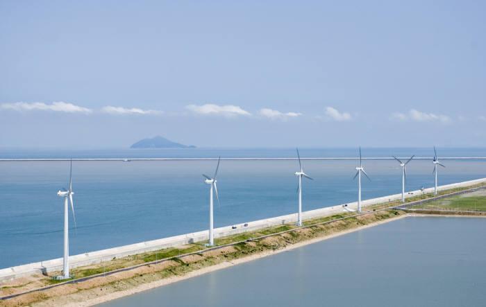 전라북도 군산 새만금방조제에 건설된 풍력발전단지 전경.
