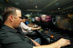 디아블로3 출시 5일 전 국내를 방문해 PC방에서 게임을 테스트 중인 폴 샘즈 블리자드 최고운영책임자(COO)