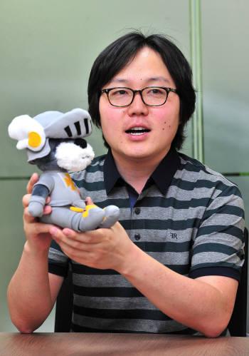 김진혁 페이즈캣 대표가 팔라독 캐릭터 인형을 들고 서비스에 대해 설명하고 있다.