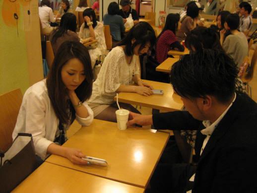 큐블릭미디어의 영상진동벨 `큐비`가 일본에서 인기를 끌고 있다. 사진은 큐비를 사용하고 있는 일본 고객 모습.