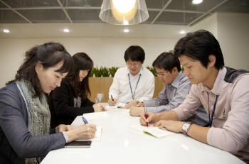 회의에 들어가기 전 `감사의 편지 쓰기` 활동을 하고 있는 포스코ICT 임직원들.