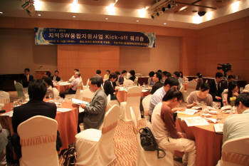 충북도지식산업진흥원은 지난 6월 `지역SW융합 킥오프 워크숍`을 갖고 ICT 산업 활성화 방안 등에 대해 논의했다.