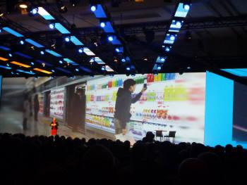 가트너는 22일(현지시각) 열린 `가트너 심포지엄/IT엑스포 2012` 기조강연에서 한국의 홈플러스 지하철 가상매장 사례를 들어 획기적 디지털 비즈니스 사례라고 극찬했다.매리 메사그리오( Mary Mesaglio) 부사장이 홈플러스 사례를 소개하고 있다.