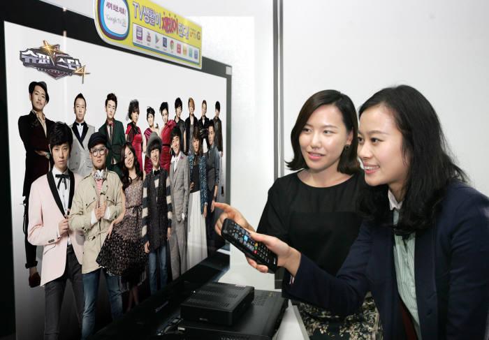 LG유플러스는 CJ E&M과 제휴를 맺고 u+tv G와 U+TV에서 tvN, Mnet OCN, 채널CGV 등에서 방송하는 인기 프로그램들을 31일부터 무료VOD로 제공한다. u+tv G 고객들이 Mnet에서 방영 중인 `슈퍼스타K 4`를 시청하고 있다.