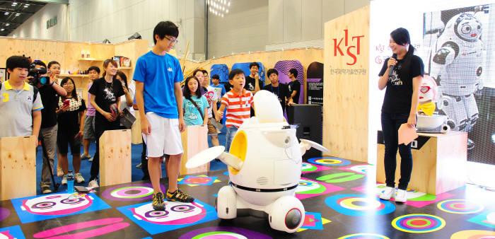 경기도 고양시 킨텍스에서 열린 `2012 대한민국 과학창의축전`에서 학생들이 동작인식 로봇을 체험하고 있다